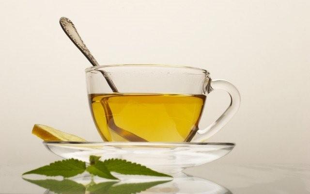 При лечение ларингита используют  чай с медом