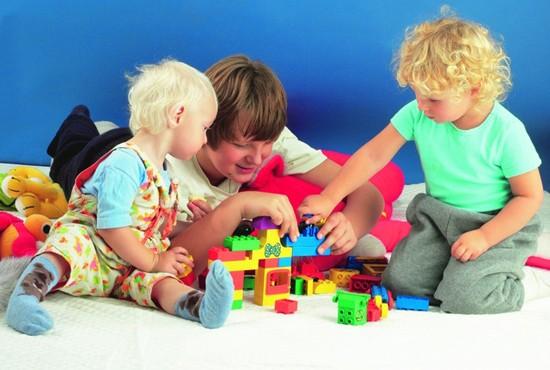 Вирус может передаваться от ребенка к ребенку через игрушки, канцелярские предметы, одежду