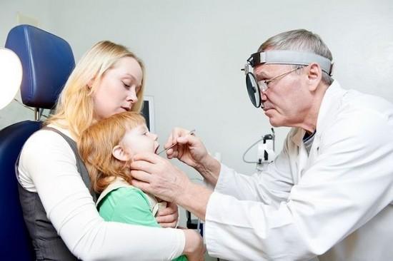 Врач определит все симптомц и окажет необходимую помощь при ларингите