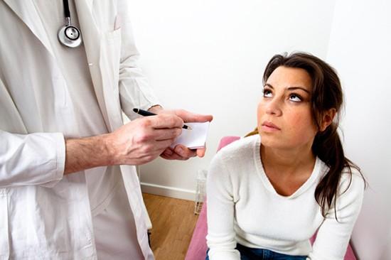 На приеме у ЛОР-врача воспаление голосовых связок