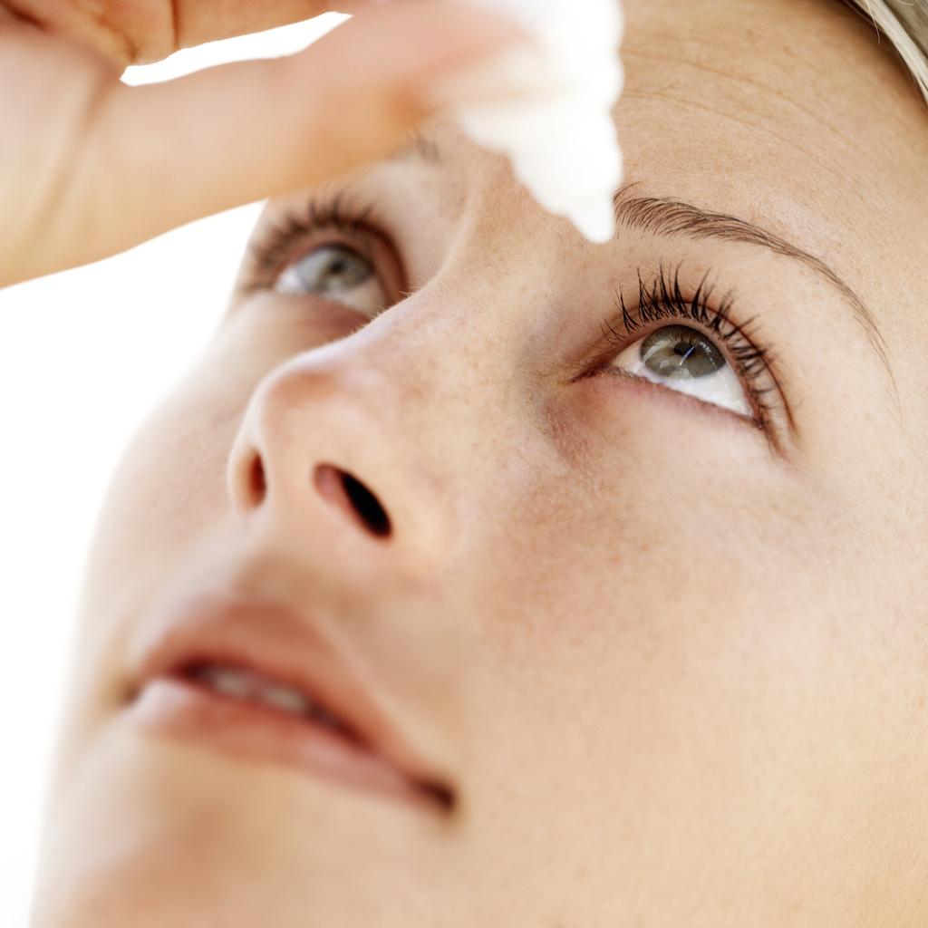 Увлажнение глаз каплями