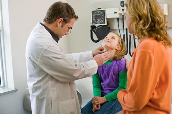 Необходимо обратиться к врачу при возникновении первых симптомов фарингита