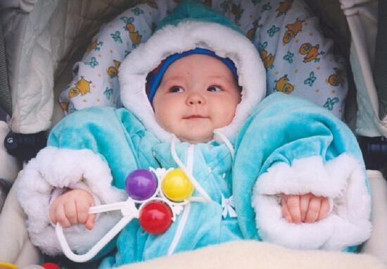 Необходимо принимать профилактические меры для предупреждения заболевания ларингитом и одевать ребенка по сезону