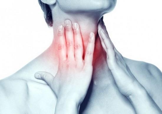 Хриплый голос или его отсутствие является характерным симптомом ларингита