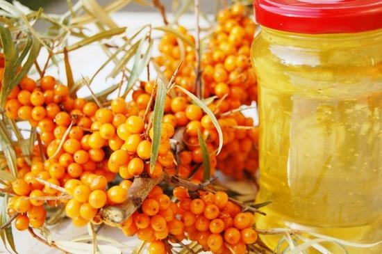 Облепиха с медом хорошо смягчает гортань и облегчает кашель