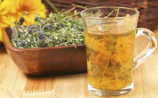 Полоскания лечебными травами очень эффективны для лечения гнойного фарингита