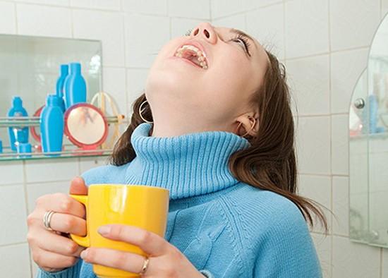 Полоскание горла при лечении ангины